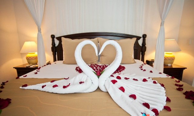 bulan madu dengan pasangan di hotel