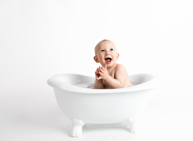 anak mandi pakai bathtub