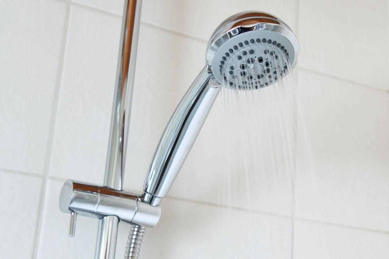 mandi air hangat pakai shower