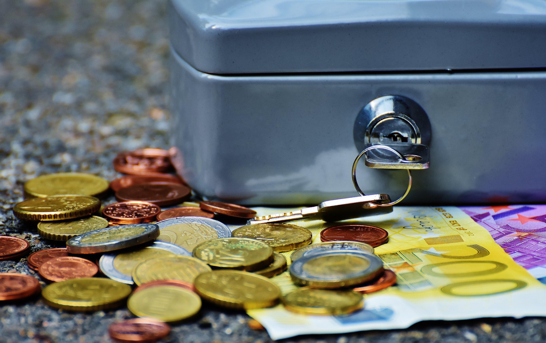menyimpan uang tabungan safe deposit box